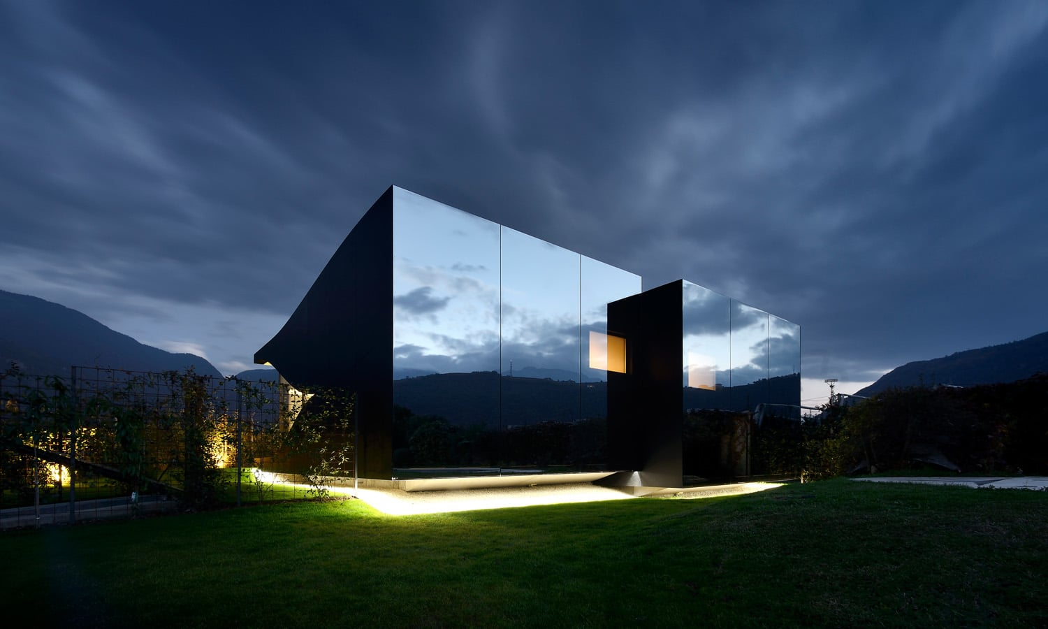 The Mirror Houses FOR ARCHITECTURE-AFFINE AND NATURE-LOVING LIFE CONNOISSEURS WHO VALUE THEIR FREEDOM